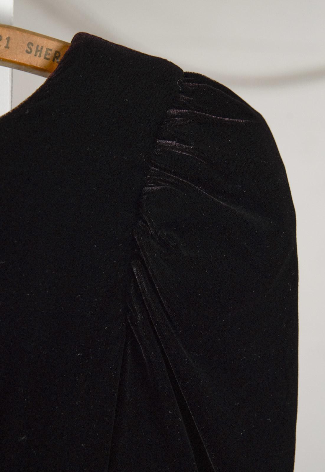 Robe en velours noir avec jupe noir et blanc