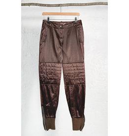 Pantalon satin brun genou matelasse