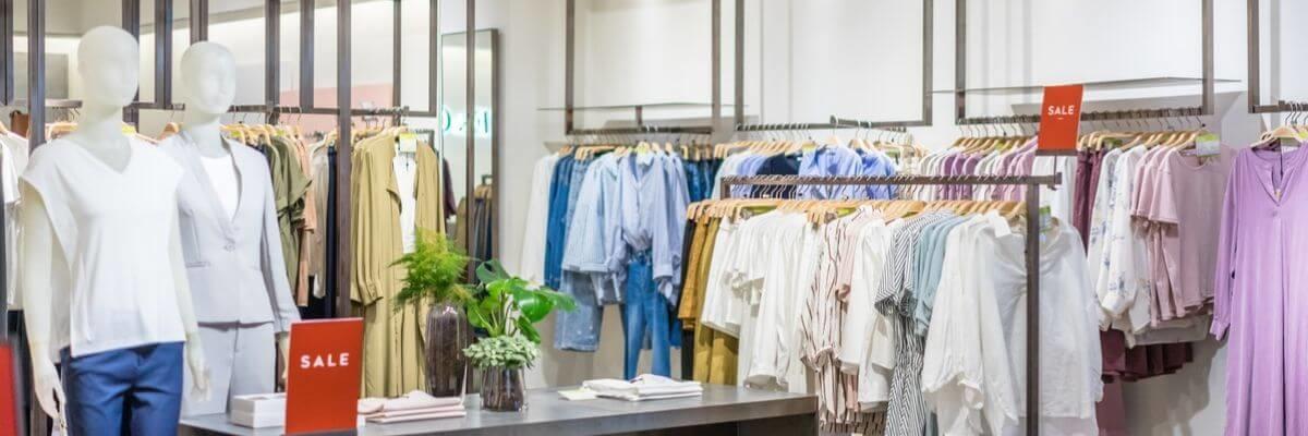 Image de boutique avec penderie et vêtements