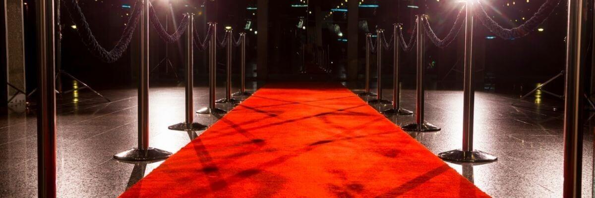 Image de tapis rouge avec poteaux de foules