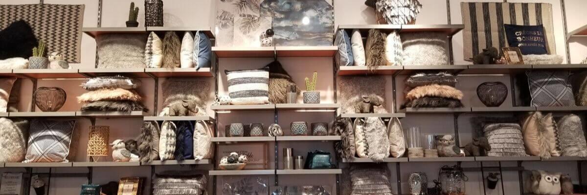 boutique avec tablette s et coussins