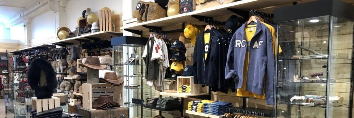 image de boutique de vêtements avec présentoir de tour vitré