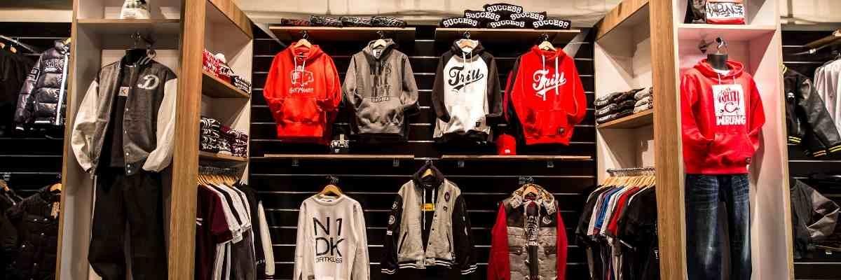 Image de magasin de vêtement sport avec panneaux rainurés