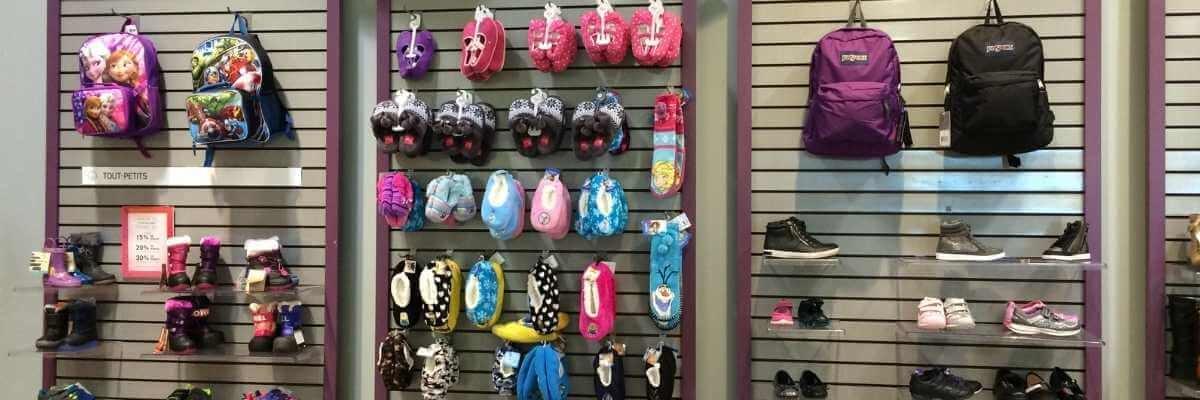 Image de boutique de soulier et sac à dos et panneaux rainurés