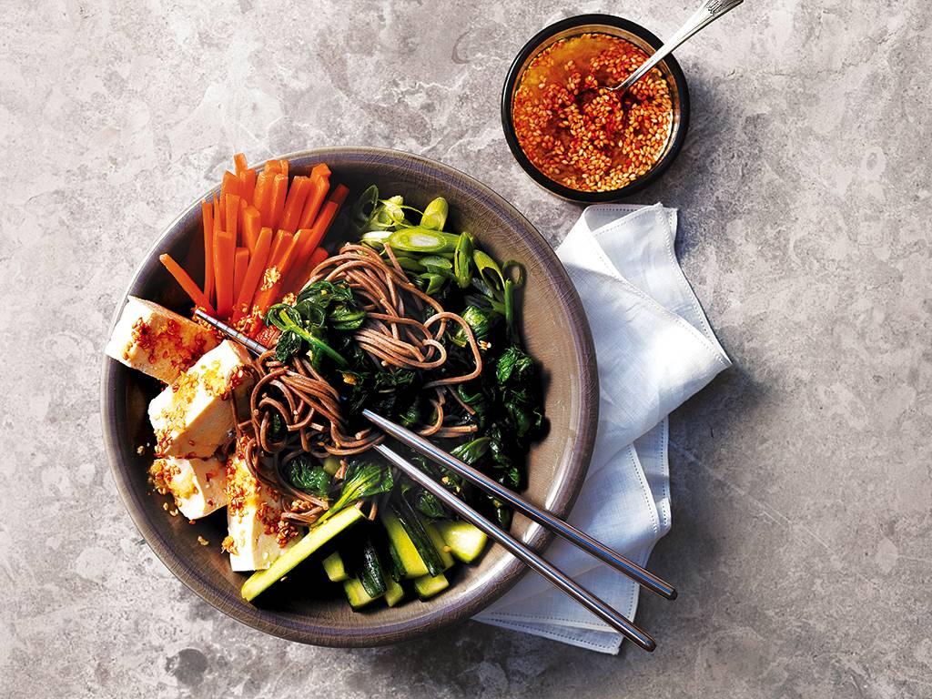 Salade de tofu et de légumes asiatiques