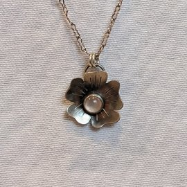 SEISMIC SILVER ROSE QUARTZ FLOWER NECKLACE