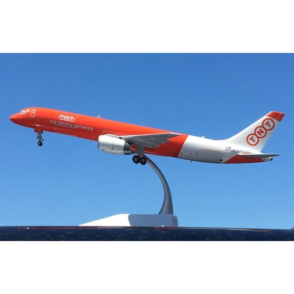JC Wings B757-200PF TNT OE-LFB 1:200 with stand