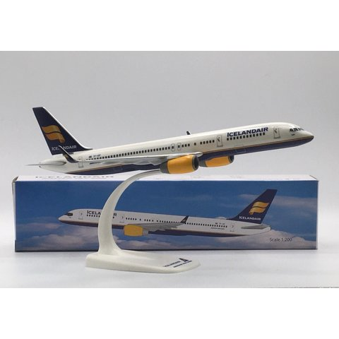 B757-200W Icelandair TF-ISF 1:200 with stand