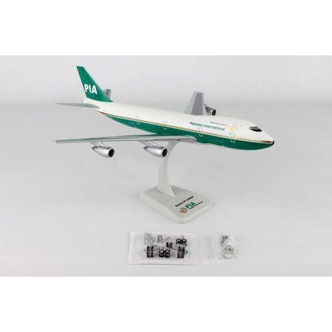 B747-200 Pakistan International old colours AP-BAT 1:200 with gear + stand
