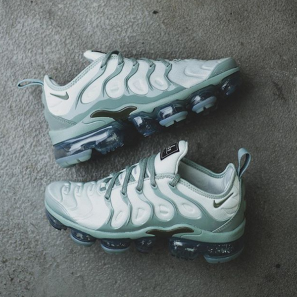 "NIKE W AIR VAPORMAX PLUS ""LIGHT SILVER"""