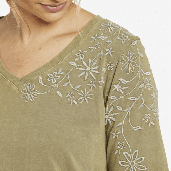 Life is Good W's Wildflower Embroidery Freestyle Wash V-Neck Tunic, Fatigue Green