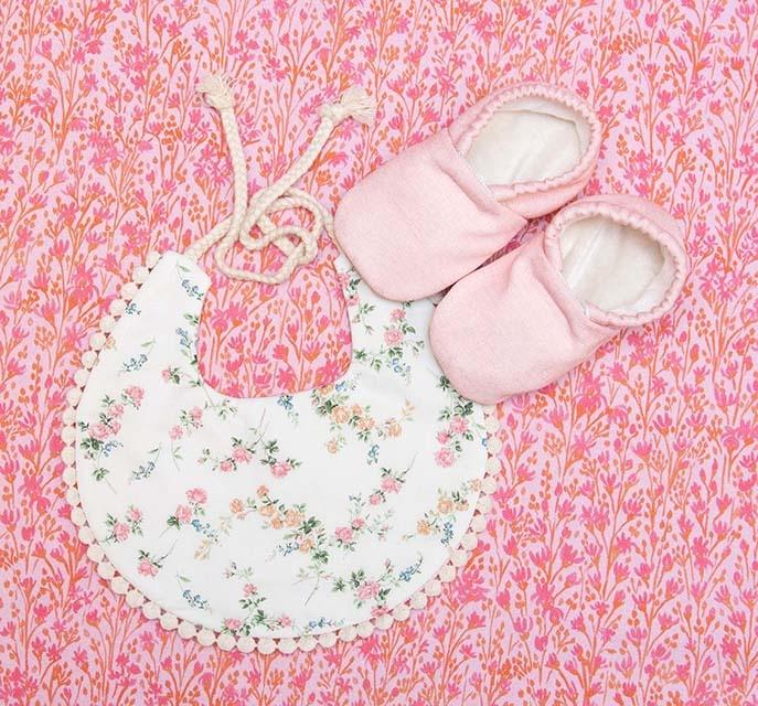Kreatelier Bundle Baby Shoes and Pom Pom Bib
