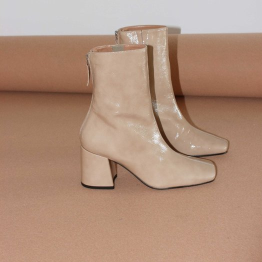 About Arianne Nico Boots, Oat