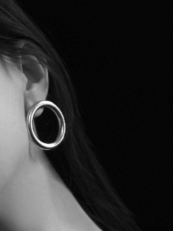 Common Muse Lia Circle Earrings Silver