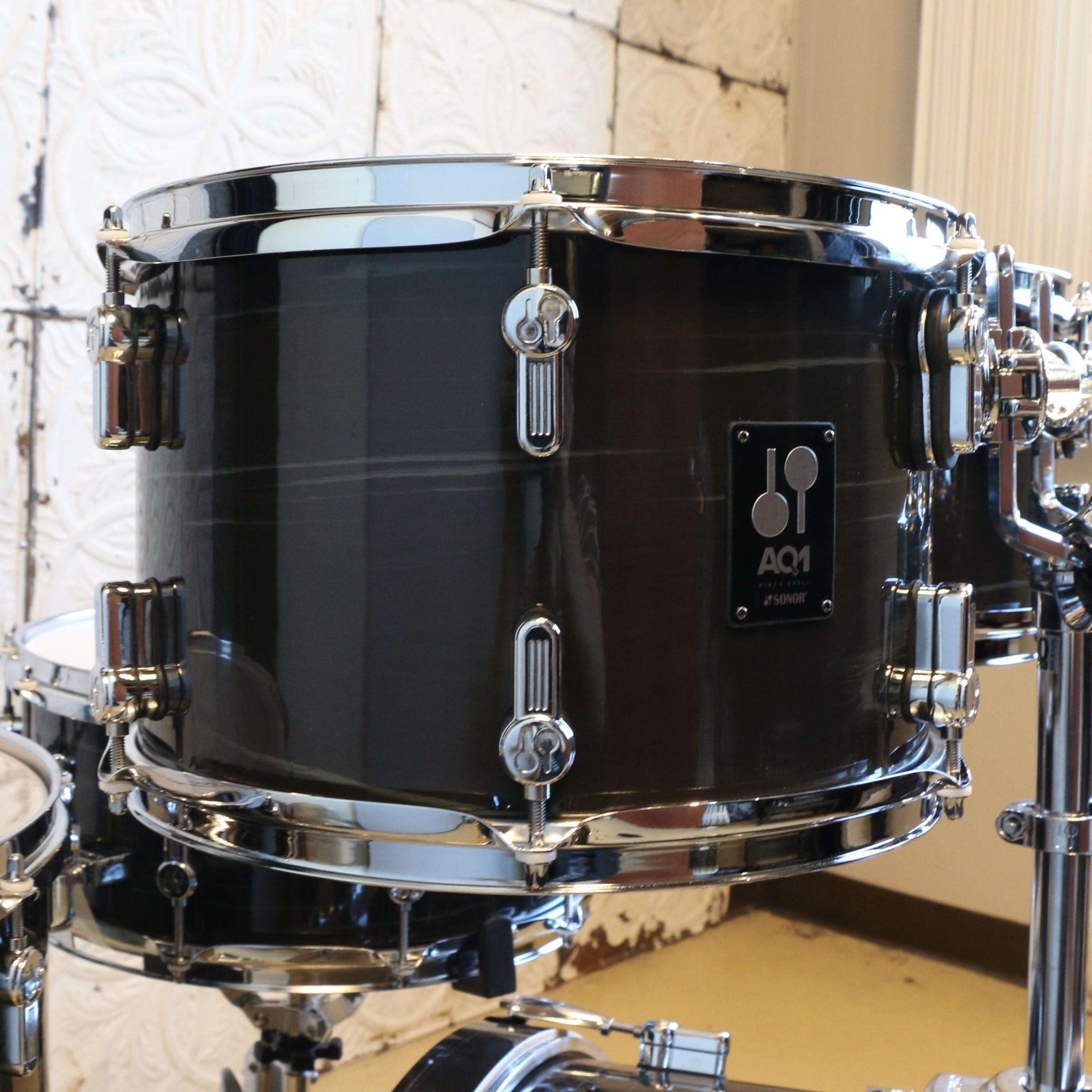 Sonor Sonor AQ1 Drum Kit 22-10-12-16 + caisse claire 14po - Wood Grain Black (avec quincaillerie HS2000S)