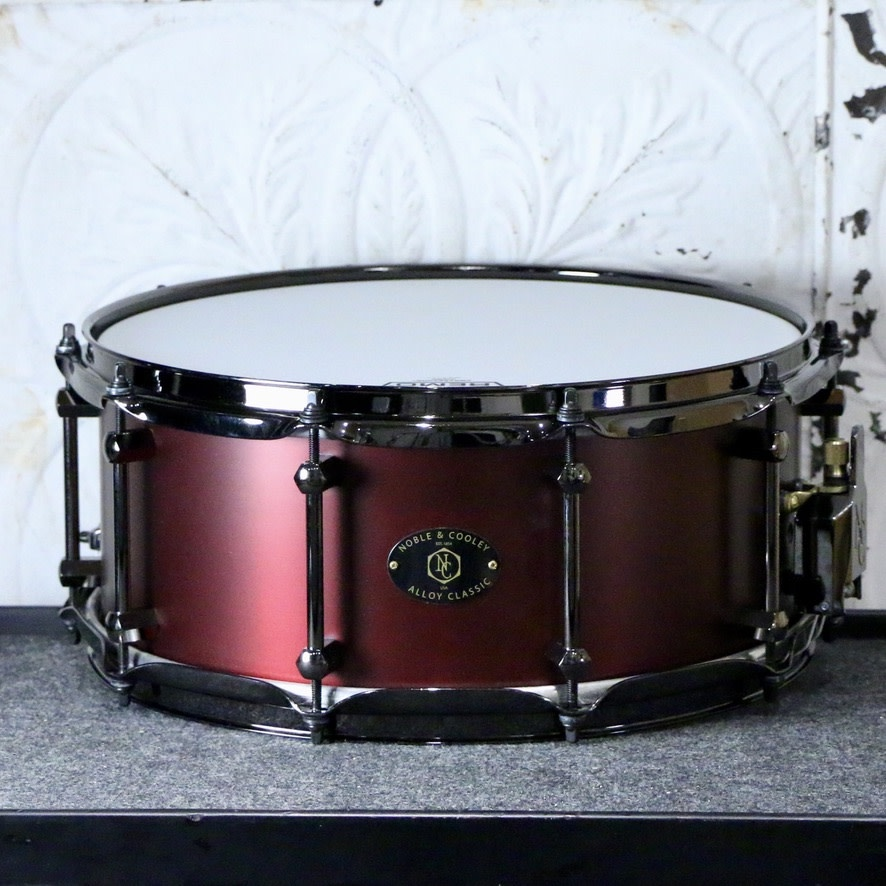 Noble & Cooley Noble & Cooley Alloy Classic Snare Drum 14X6in - Burgundy, black hardware