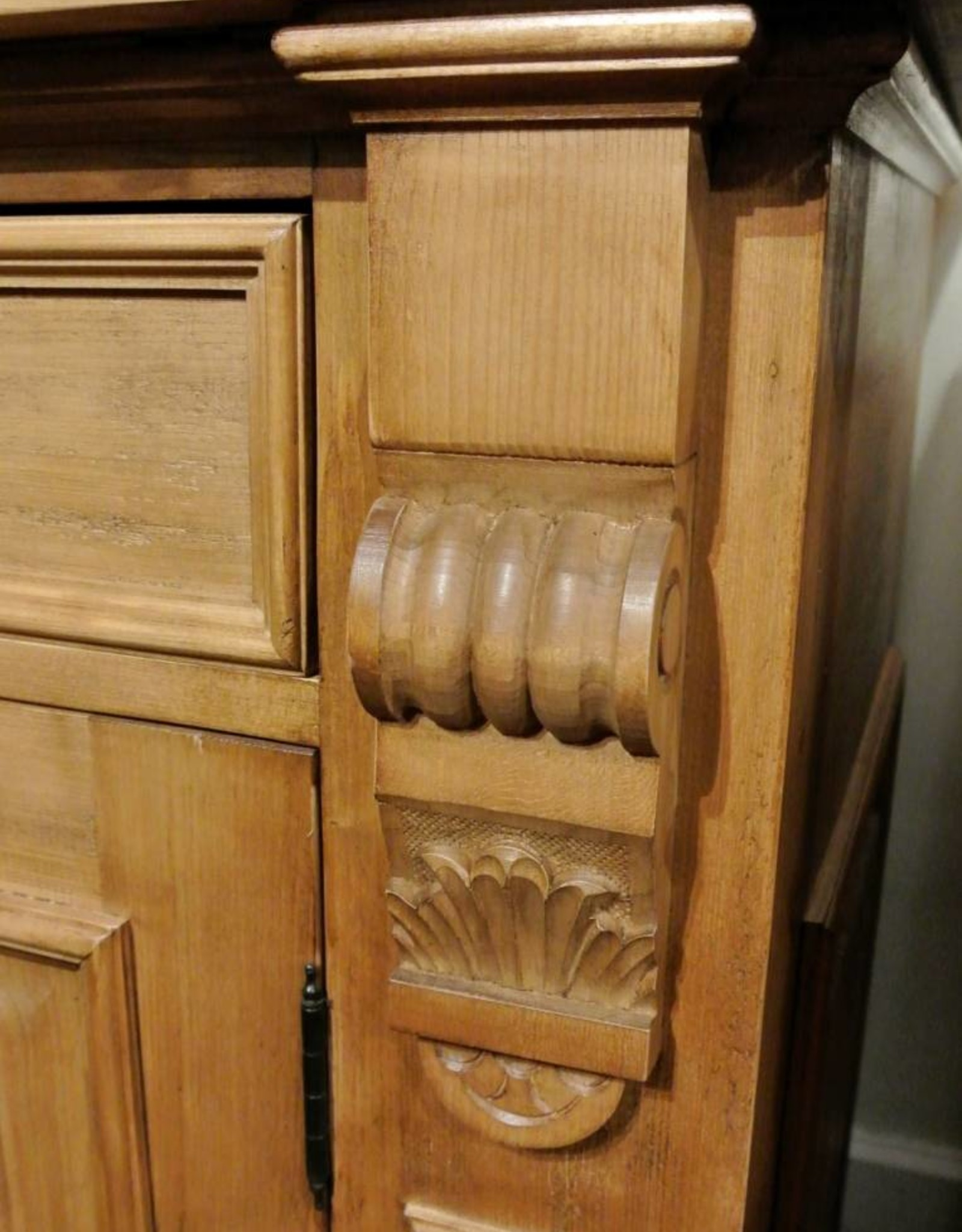 Hutch with 3 doors - Distressed Light Brown