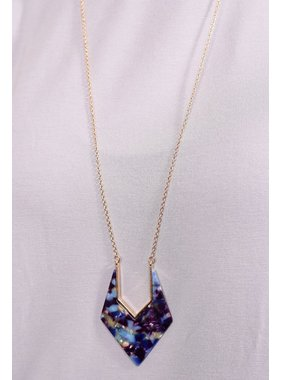 Caroline Hill Loli 29 delicate chain with resin triangle pendant