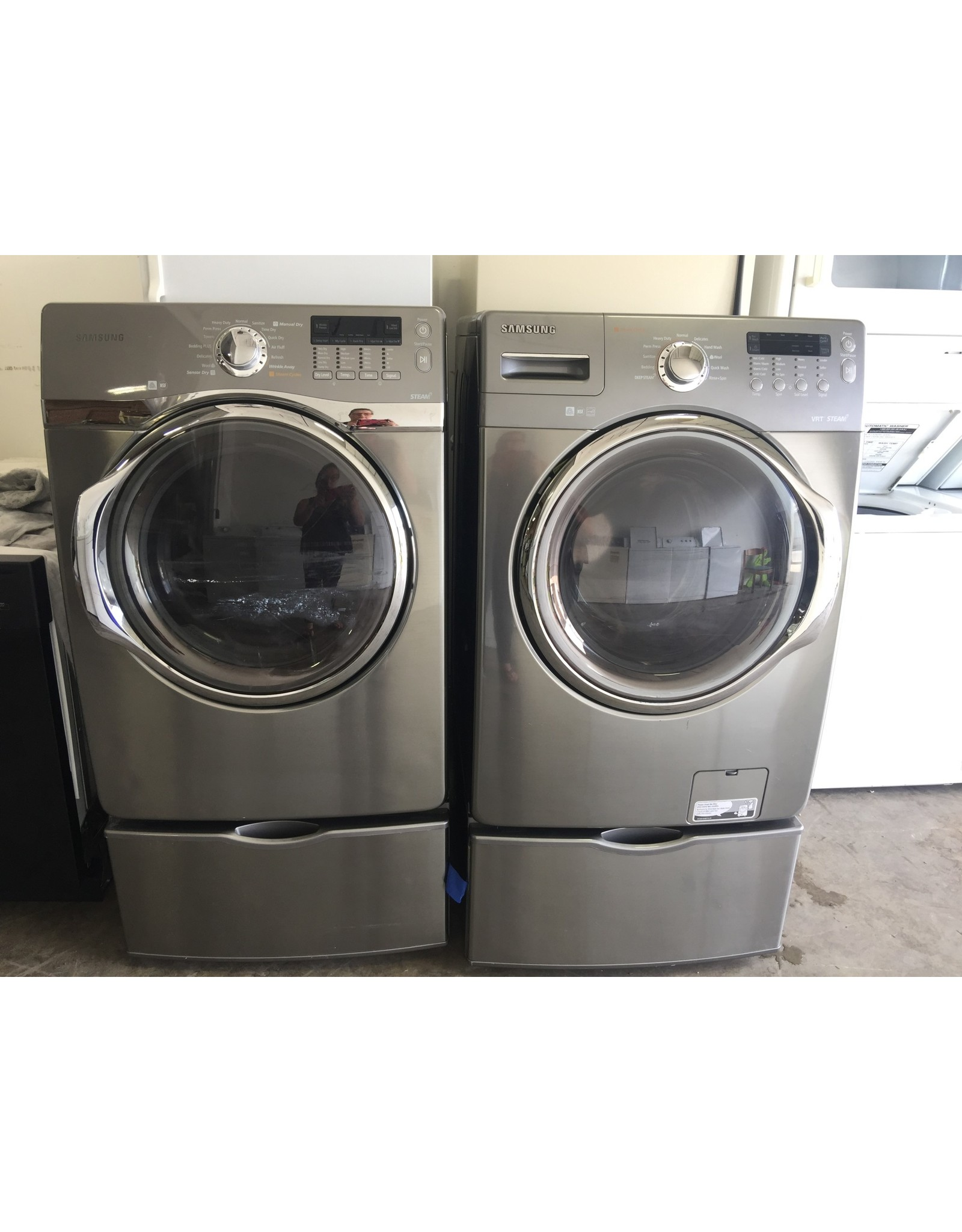 SAMSUNG SAMSUNG FRONT LOAD STEAM DRYER W/PEDESTAL IN STEEL GRAY