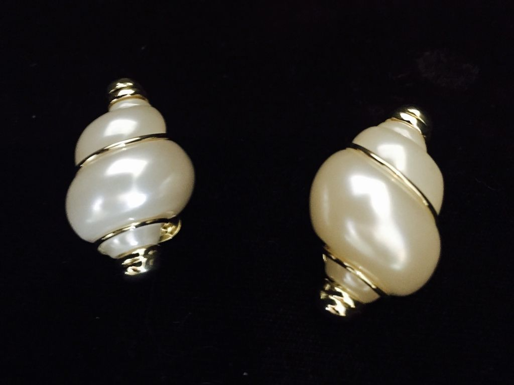 Jewelry VCExclusives: Pearl Shell w/Thin Gold Band