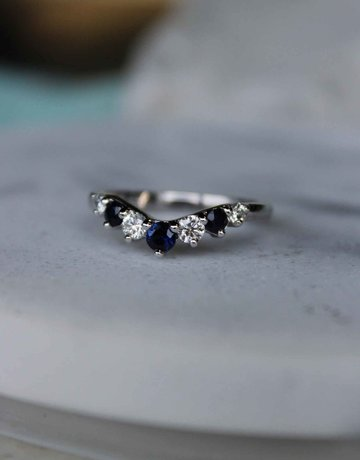 American Jewelry 14k White Gold 1/2ctw Diamond & Blue Sapphire 7-Stone Contour Arch Stackable Wedding Band (Size 6)