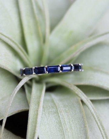 American Jewelry 14k White Gold 1.25ctw Sapphire Baguette East-to-West Stackable Band (Size 7)