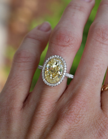 American Jewelry 18k White Gold 4.46ct Fancy Light Yellow/SI2 (GIA081) Oval Diamond Halo Engagement Ring