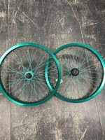 The shadow Conspiracy Ryder Custom Wheelset- Proper Green Rims, Shadow Hubs Green and Teal Spokes