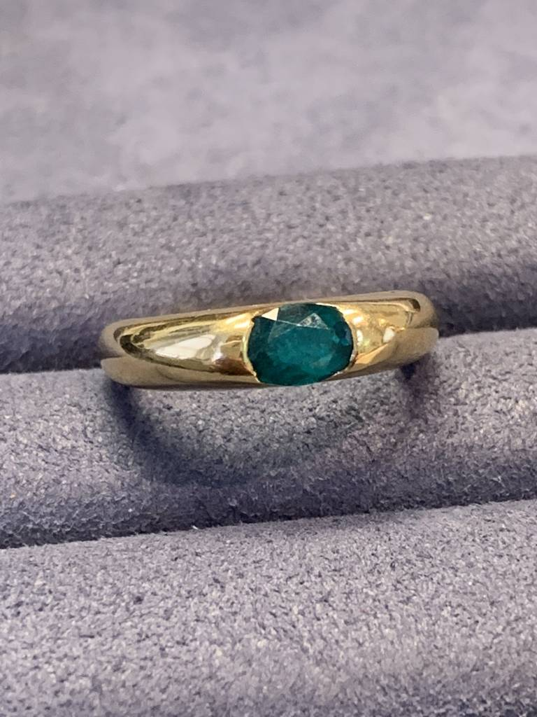 Freedman 18kt yellow gold Chatham Emerald inset ring