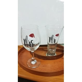 Bumeit Designs Wine Glass: Mr/Mrs Claus
