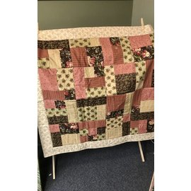 Cynthia Johnson Beige / Cranberry Quilt
