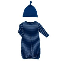 KICKEE PANTS PRINT LAYETTE GOWN SINGLE KNOT HAT SET IN TOKYO NAVY STRIPE