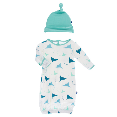 KICKEE PANTS PRINT LAYETTE GOWN SINGLE KNOT HAT SET IN NATURAL MANTA RAY