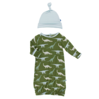 KICKEE PANTS PRINT GOWN & SINGLE KNOT HAT SET IN MOSS SAUROPODS