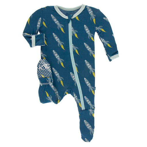 KICKEE PANTS PRINT FOOTIE WITH ZIPPER IN TWILIGHT ROCKETS