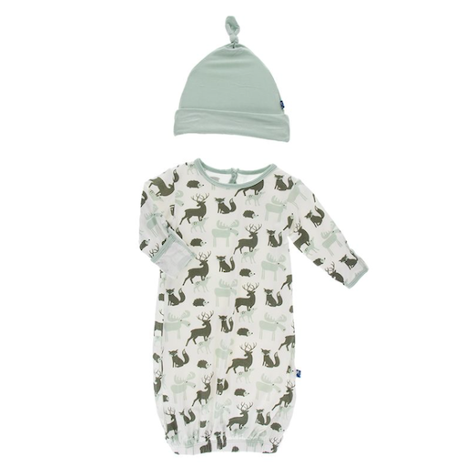 KICKEE PANTS KICKEE PANTS PRINT GOWN & SINGLE KNOT HAT SET IN NATURAL FOREST ANIMALS