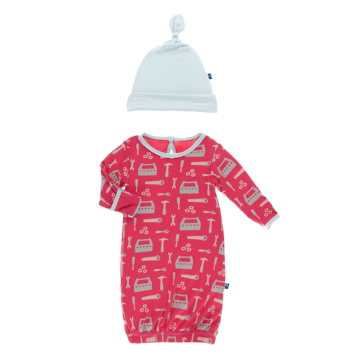 KICKEE PANTS PRINT GOWN & SINGLE KNOT HAT SET IN FLAG RED CONSTRUCTION