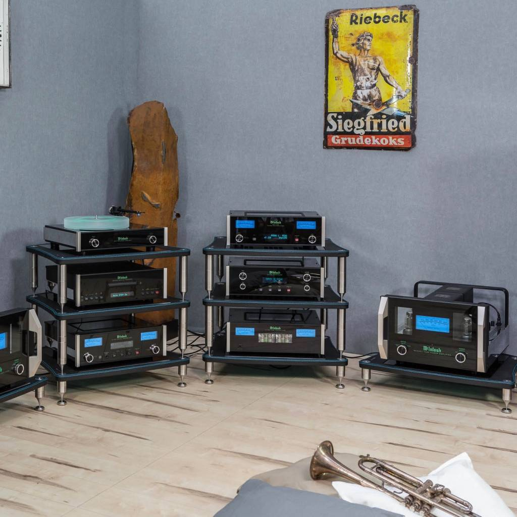 Bassocontinuo Accordeon McIntosh XL4 Rack in Genuine Black Leather, Center in Piano Gloss Glass, Stitches/Threads in McIntosh Deep Blue