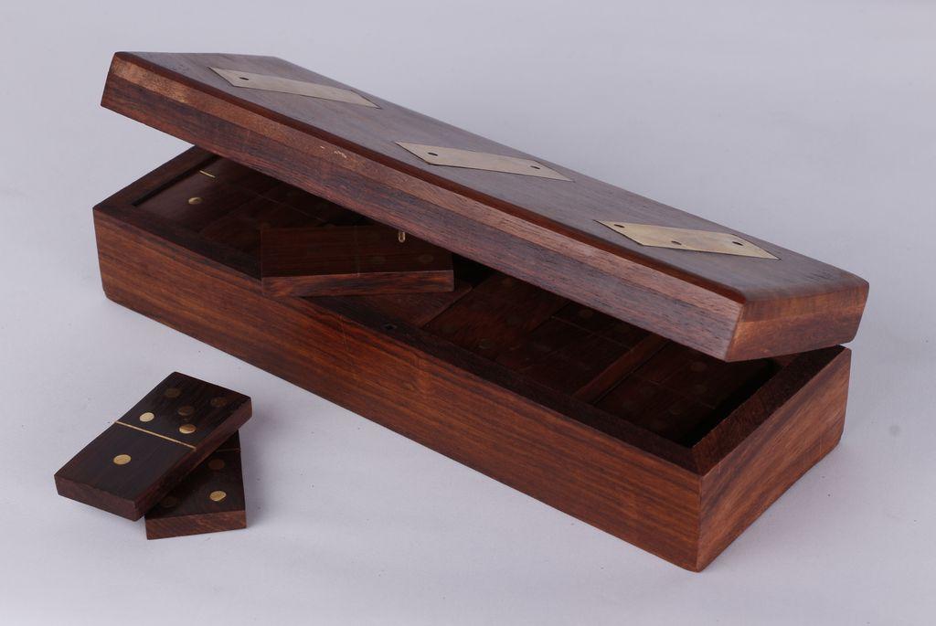 En bois jeux de dominos dans boîte en bois