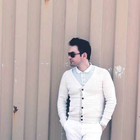Hombre camisa blanca