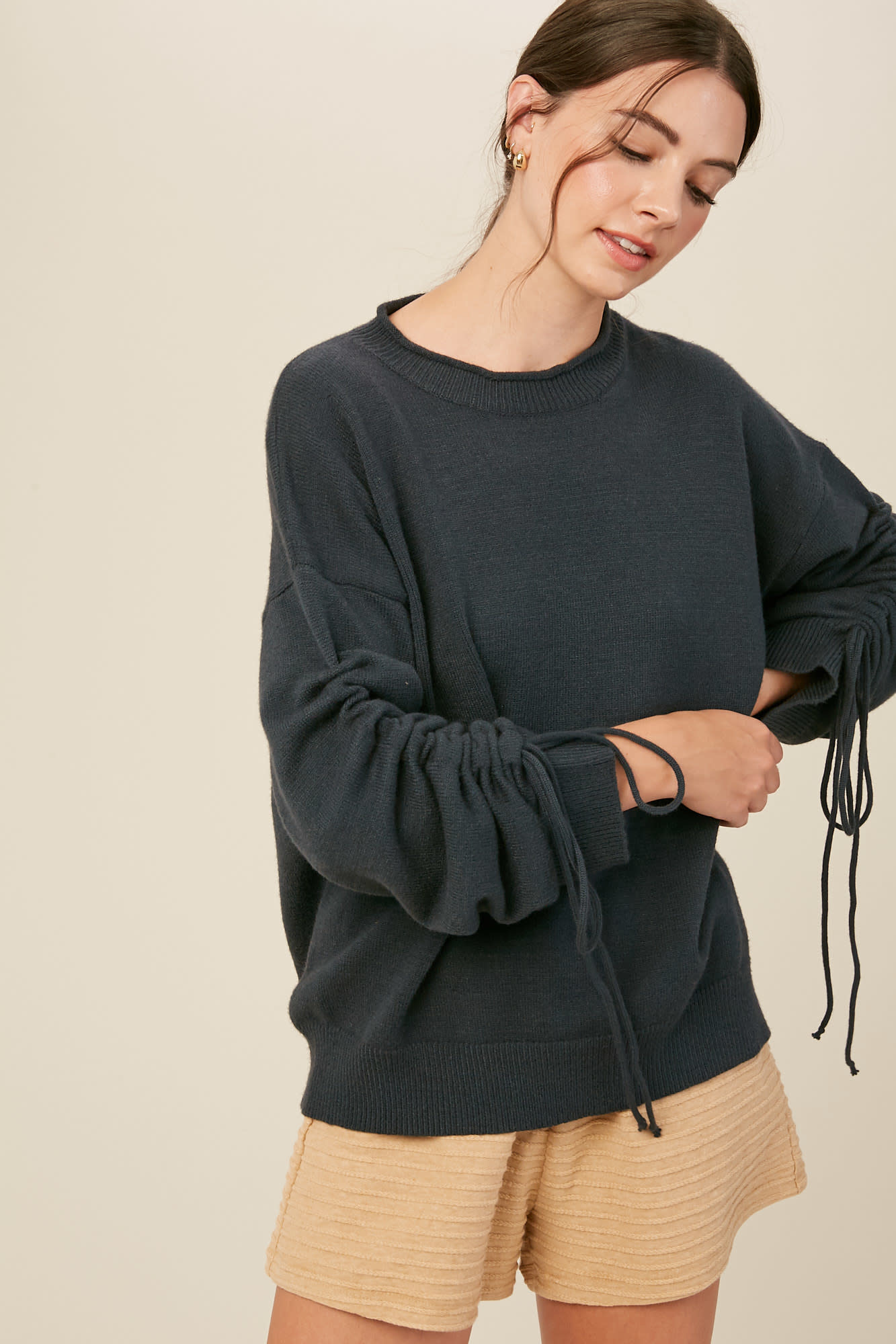 GRAY RUCHED SLEEVE PULLOVER SWEATER