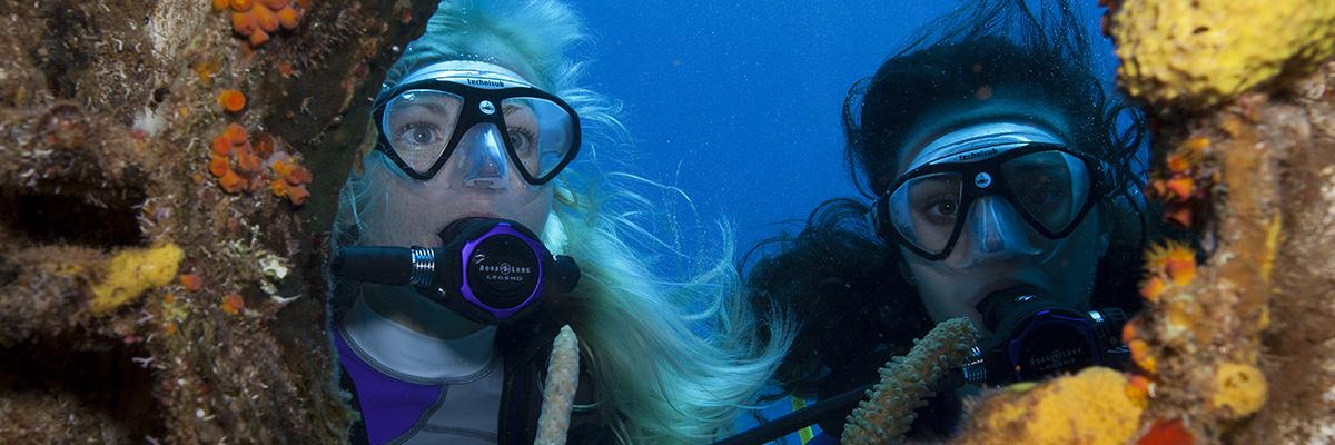2 femmes sous l'eau en plongée