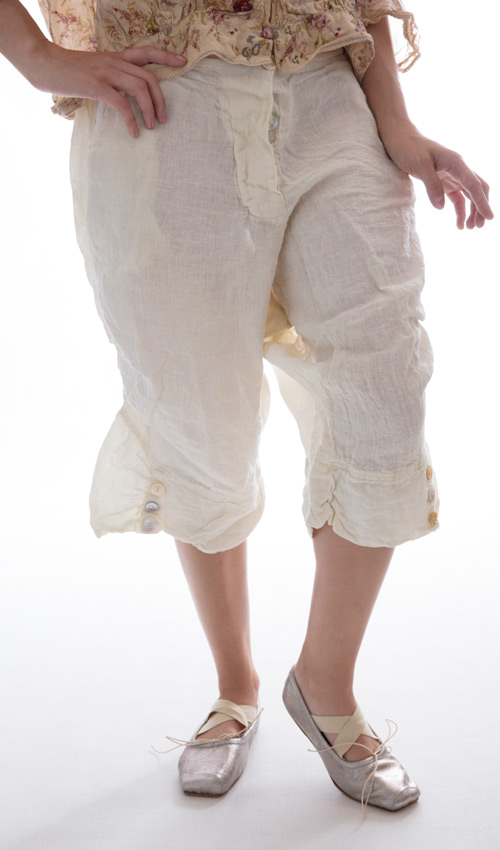 Linen Leila Blue Shorts with Four Pockets and Gathers and Buttons on the Legs in Antique White