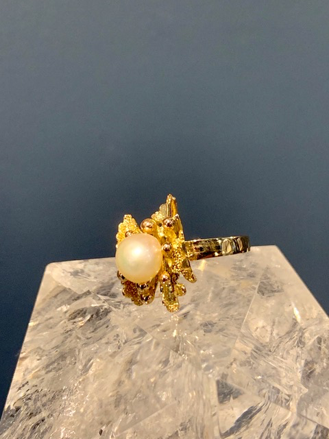 B.M.V.A. Vintage 14ct Yellow Gold and Button Shaped Semi Baroque Creamy White Pearl Sea Scape Dress Ring - Pearl Diameter 7.9mm - c1970