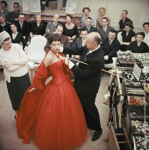 Mark Shaw Photography - Christian Dior Adjusts Victoire, 1954