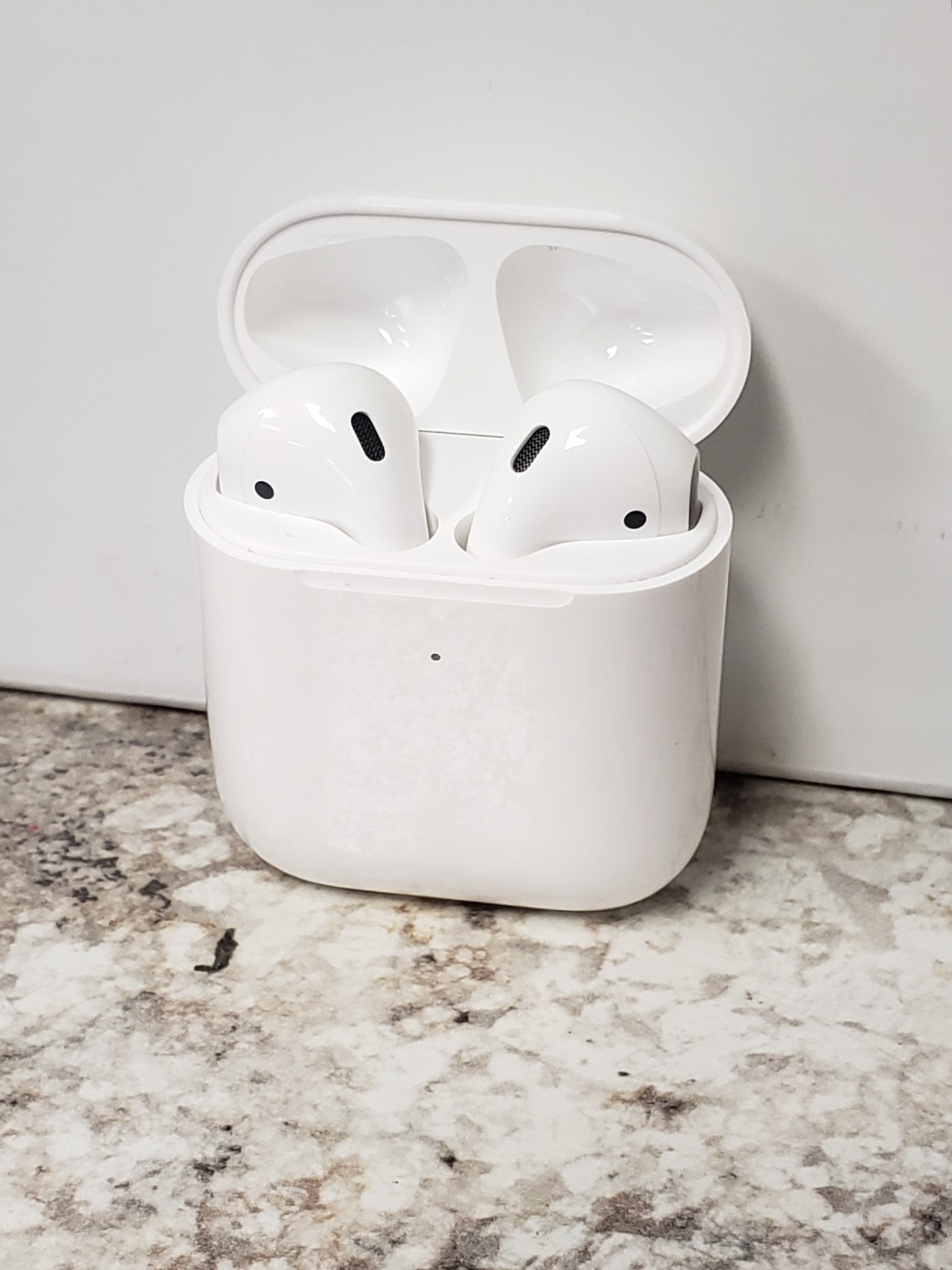 Apple Airpods 2 w/ Wireless Charging Case - Pre-Owned