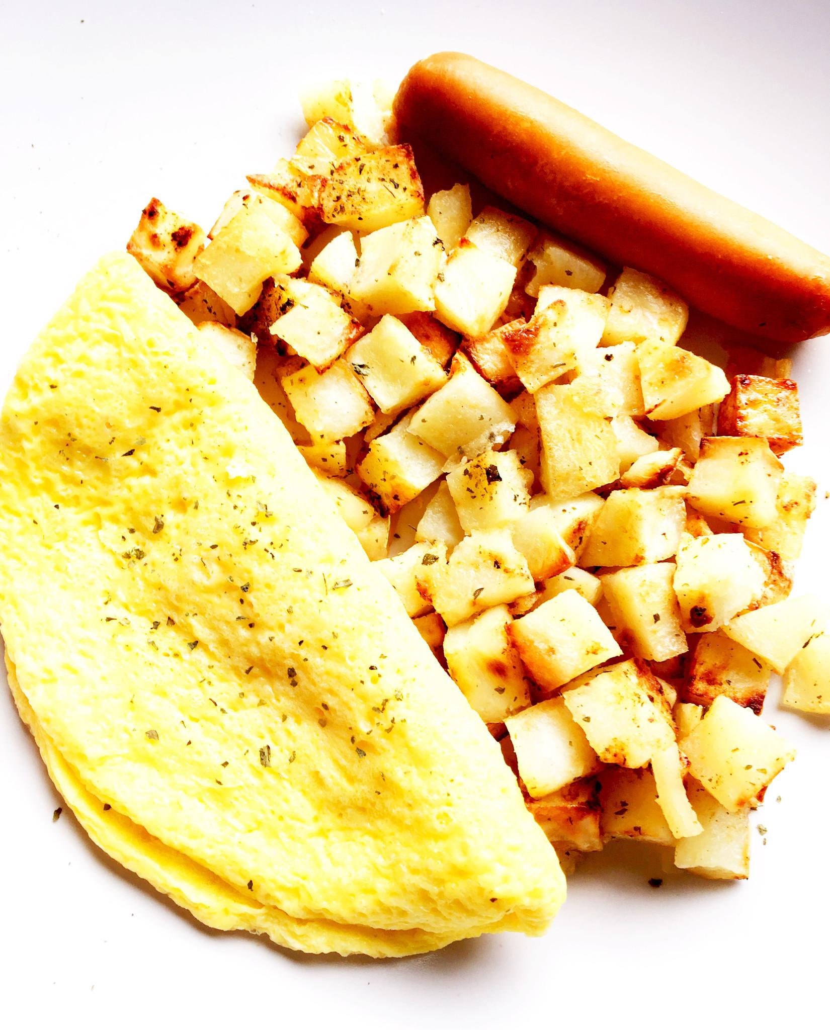 Omelette au fromage, saucisse & patates à déjeuner