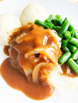 Ground beef patties, onions in sauce, green beans and mash (325g)