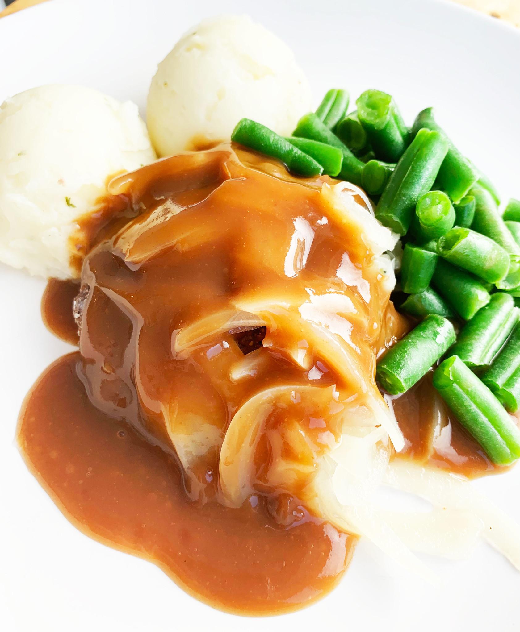 Steak hâché & oignons en sauce, haricots verts & purée (325g)
