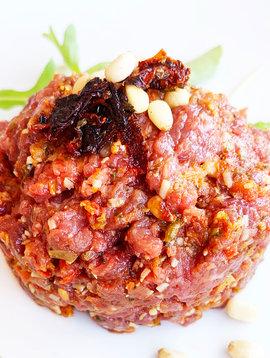 Tartare de boeuf, tomates séchées, parmesan, proscuitto & noix de pin